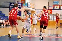 KONEC. Kadeti BK Děčín potřetí prohráli a v play off končí. Na snímku Filip Bílý v útoku proti dvěma nejlepším hráčům Nového Jičína.