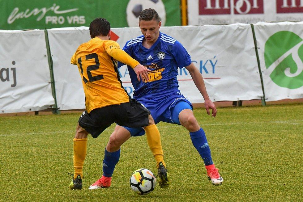 TŘI BODY. Varnsdorf (v modrém) vyhrál 3:2 v Sokolově.