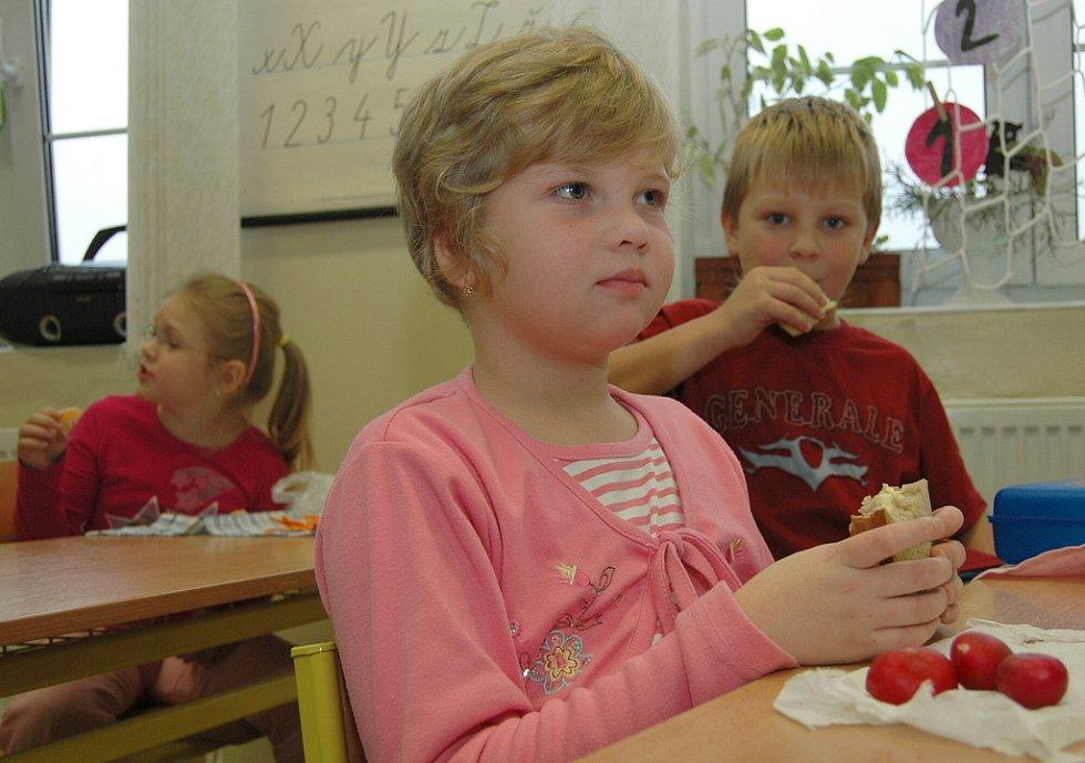 Žáci II. B ZŠ Na Stráni v Děčíně se stravují zdravě, v jejich svačinách nechybí množství ovoce a zeleniny