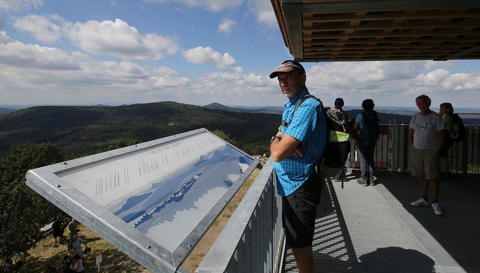 Nově otevřená rozhledna na vrchu Luž u Mařenic, která je umístěna na německé části vrcholu je v obležení českých i německých turistů.