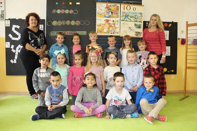 Žáci 1.C ze ZŠ Březová vDěčíně spaní učitelkou Pavlou Dernerovou a asistentkou pedagoga Blankou Kaisrovou.