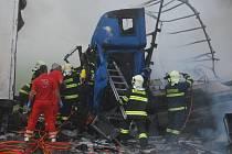 Dvě nehody kamionů zablokovaly ve čtvrtek dálnici D8 u Petrovic na Ústecku.