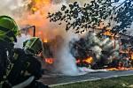 Požár kamionu naloženého papírem na Šébru.