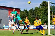 ZŮSTANOU BODY DOMA? Fotbalisté Varnsdorfu (na snímku brankář Porcal, dále obránce Tvaroha a Mach) doma v neděli hrají od 17.00 proti mosteckému Baníku.
