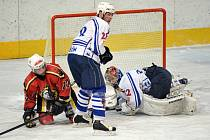 DOMA NEDOKÁZALI VYHRÁT. Děčínští hokejisté výsledkově zklamali, lídr druhé ligy doma prohrál 3:7 s Bílinou. Na snímku je kapitán Filipovský a brankář Lavinger (bílé dresy).