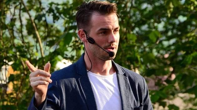 Radek Štol v roli moderátora při vlastní talk show.