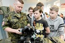 JAK SI NASADIT plynovou masku? Vojáci dětem ve Varnsdorfu předvedli řadu zajímavých úkonů.