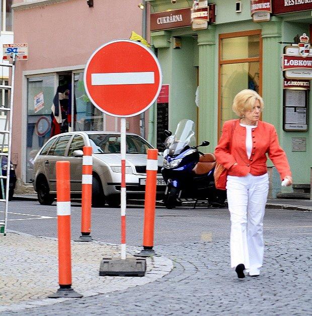 Řidiče vDěčíně překvapila změna značení vLázešnké ulici