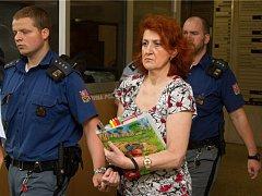 Věra Marešová přichází k soudu.