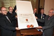 Do Děčína se zásluhou krajanského sdružení vrátilo znakové privilegium Podmokel.