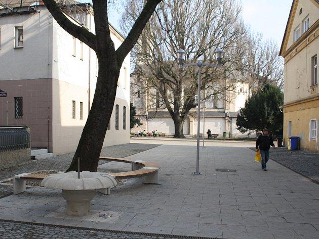 Prázdná tržnice na Husově náměstí v Děčíně.
