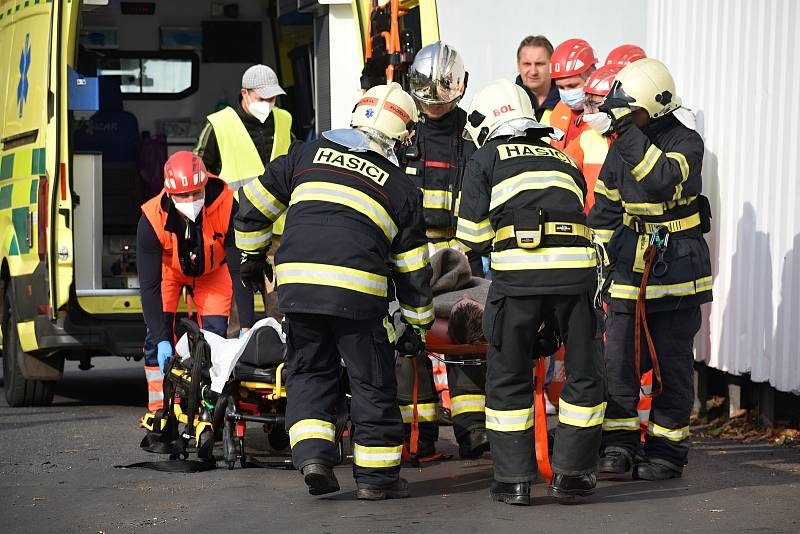 V děčínské chemičce hasiči a záchranáři cvičili zásah při úniku chemické látky.