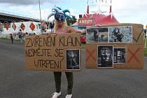 Dvě desítky ochránců zvířat protestovaly v sobotu před představením cirkusu Arlet v Děčíně.