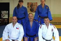 Zleva stojí: Lenka Königová, Alena Lazarra. Sedící zleva: Petr Čapek, Jan Březovský, Tomáš Pachta.