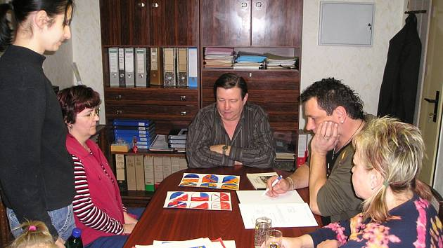 Zastupitelé vybírají z návrhů budoucí znak obce Kytlice.