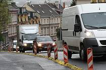 Řidiči se musejí připravit na dopravní komplikace související s opravou kanalizace. Podobně tomu bylo v roce 2014 při opravách v Kamenické ulici.