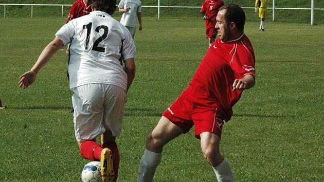 HEŘMANOV (červené dresy) doma porazil Benešov 3:0.