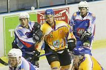 V prvním domácím utkání remizovali děčínští hokejisté s Kláštercem.