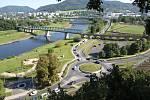 Pohodlná spojnice obou břehů řeky by výrazně zlepšila pohyb lidí po městě, město proto přistoupilo k vyhlášení veřejné soutěže o návrh, který by citlivě reagoval na železniční most a návaznosti na cyklodopravu.