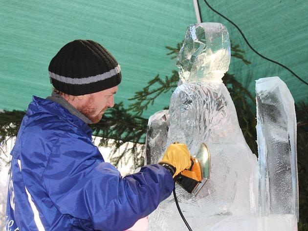 Během adventních trhů na Masarykově náměstí vznikl pod rukama sochaře Michala Járy Anděl Vánoc z ledu.