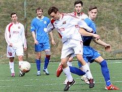 V PRVNÍM KOLE ŘÁDIL. Kryštof Novák (v modrém v souboji s hostovickým Jiřím Štolbou) nastřílel Hostovicím všechny čtyři góly.