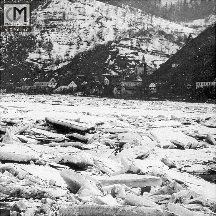 Nakupení ledu u Roztok, cca. 1920. Daleko horší situace bývala u Dolního Žlebu, kde se v některých letech led uvolňoval pomocí výbušnin, neboť ucpání koryta řeky ledem vyvolávalo povodně