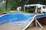 Ve středu dopoledne majitel penzionu Pod kaštany v Srbské Kamenici Pavel Semerád nechal namontovat do zahrady penzionu nový bazén, odpoledne mu ho zničila velká voda