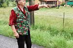 Heleně Kotrbové z Jánské voda zaplavila i studnu, a tak se svou sousedkou Helenou Burešovou tahaly pitnou vodu v kbelících