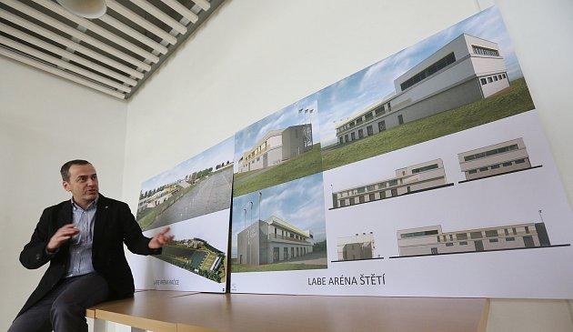 Krajský architekt by mohl hovořit i do podoby velkých investic Ústeckého kraje, jakou byla například Labe aréna ve Štětí. Na snímku při její prezentaci ředitel arény Michal Kurfirst.