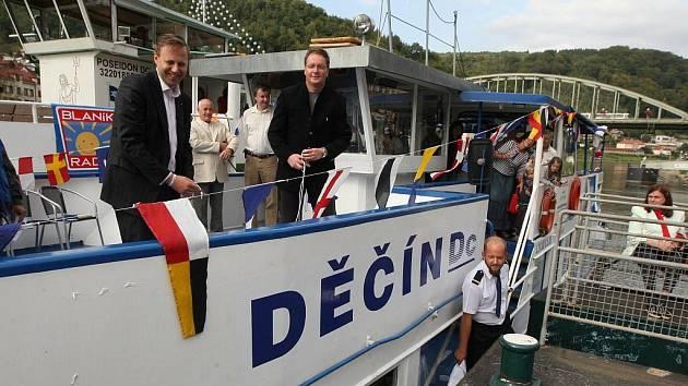 Novou loď pokřtil v pátek odpoledne na Smetanově nábřeží v Děčíně děčínský primátor Vladislav Raška a jeho ústecký kolega Jan Kubata.