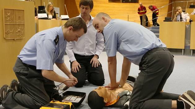 K předání defibrilátorů došlo na krajském úřadě v Ústí nad Labem.