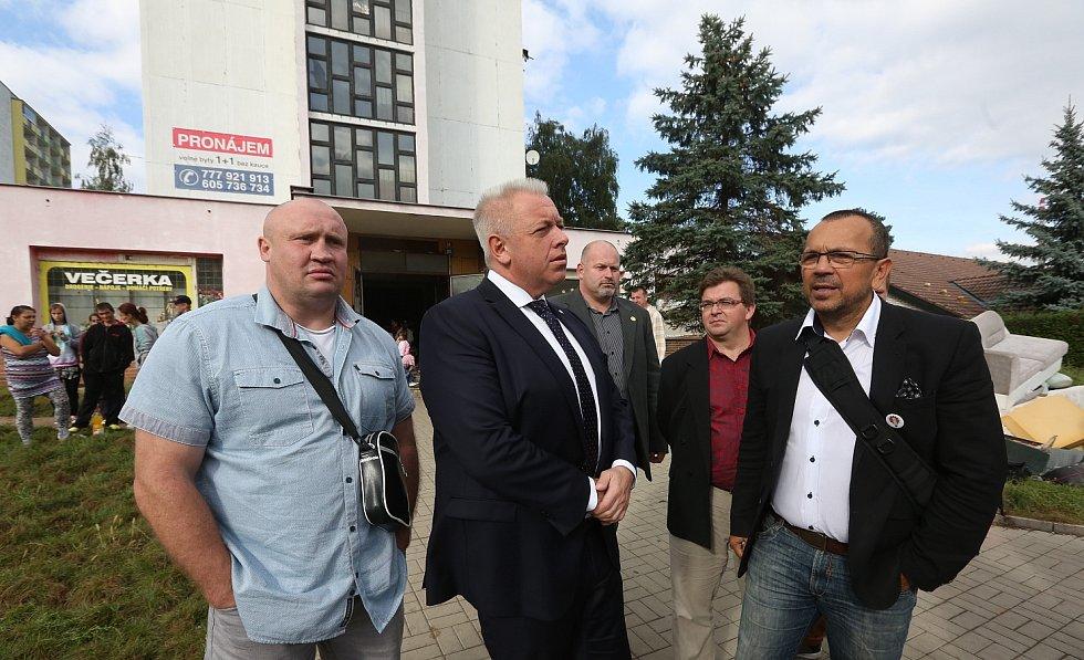 PROBLÉMOVÉ LOKALITY si v úterý odpoledne prohlédl v Děčíně ministr vnitra Milan Chovanec.