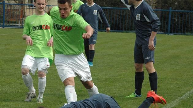 MALŠOVICE (zelené dresy) doma porazily Horní Podluží po penaltovém rozstřelu.