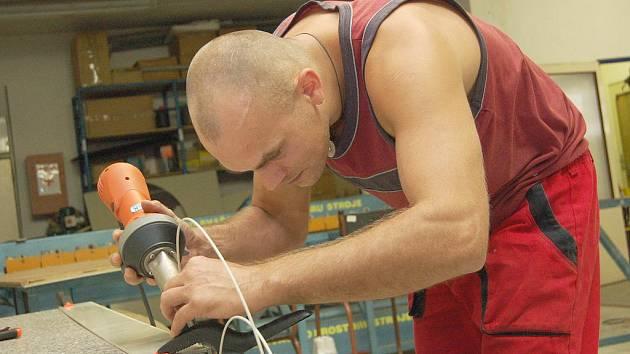 POMOC. Robert Minář, jeden ze zaměstnanců chráněných dílen, by byl ochotný odpracovat zdarma i více než tři dny.