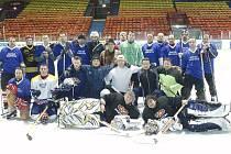 Fotbalisté Řezuz Děčín si zahráli hokej.