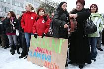 Na celostátní protestní stávku do Ústí nad Labem se ve středu vydal také personál školní jídelny ve Sládkově ulici v Děčíně.