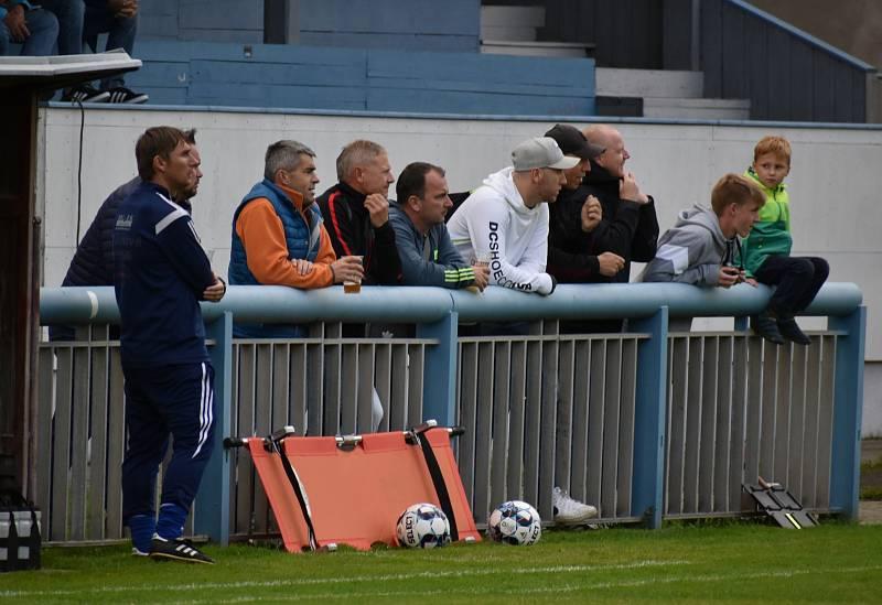 Fotbalisté Jílové (modré dresy) doma nestačili na Oldřichov, když prohráli 2:3.
