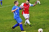 TAHOUNEM Šluknova byl na podzim také kapitán Emil Mikula (červený dres).
