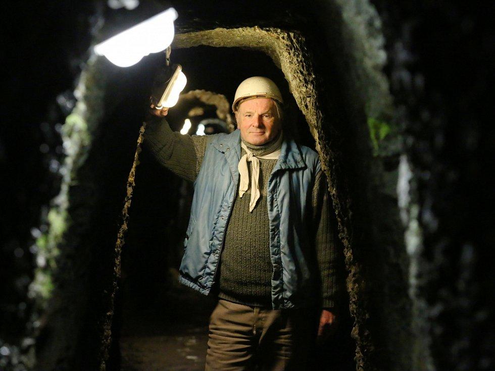 STŘÍBRNÝ DŮL. Hluboko pod zemí, jiřetínskou štolou, provádí turisty její správce Václav Čech.