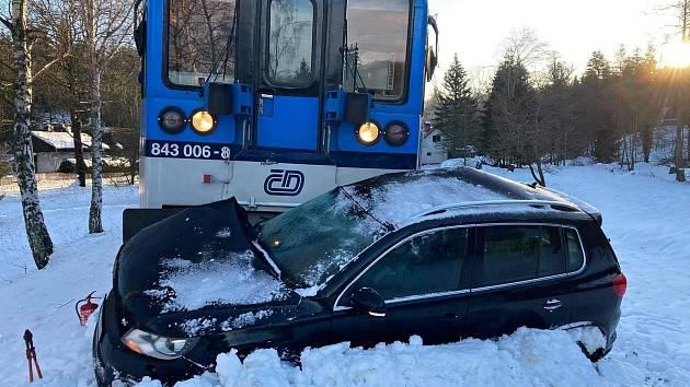 V Kytlicích se srazil vlak s autem uvíznutým na přejezdu.