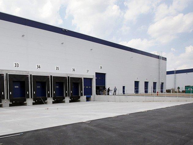 Podobná skladovací hala by mohla vyrůst na okraji Rumburka. Denně sem má mířit 700 náklaďáků.