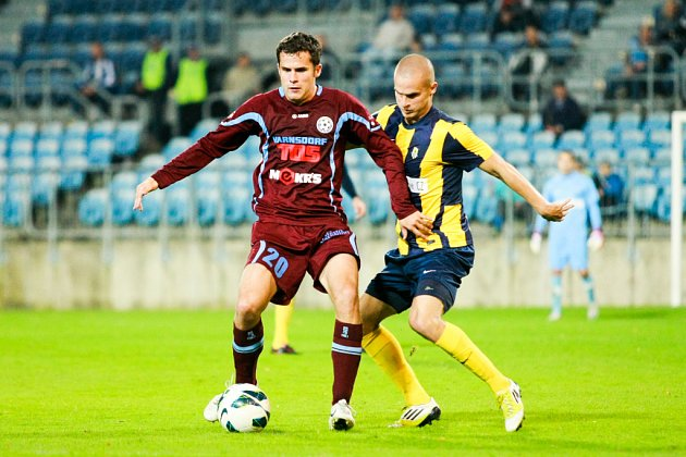 NEDAŘILO SE. Varnsdorf (tmavé dresy) prohrál 0:3 v Opavě.
