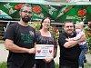Na posledním charitativním festivalu se vybralo pro Věrušku 21 000 korun. Zleva: Jaroslav Horák, Věruščina maminka, David Pešťák, Věruška.