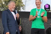 Karel Gott předal ceny vítězům triatlonu v Jiříkově.