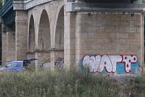 Posprejovaný most v Děčíně.