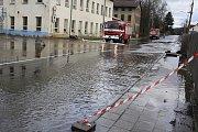 Voda zaplavila Teplickou ulici v Jílovém