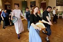 Oblíbené kurzy historických tanců pokračovaly o víkendu na zámku v Děčíně.