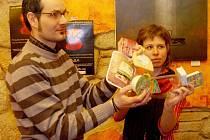 Vedoucí pobočky Arniky Kamil Repeš a vedoucí kampaně Miroslava Jopková ukazují závadně balené potraviny.