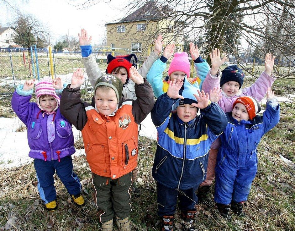 Bývalý starosta obce Dobrná na Děčínsku dovedl svým hospodařením obec do problémů se soudy a exekutory. Pozemek na němž si děti z místní mateřské školy hrají je již prodaný. Prodej hrozí také budově školky.