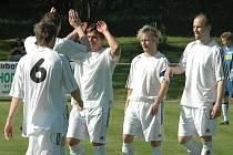 MAJÍ BOD. Na snímku jsou fotbalisté Jiskry Modré.